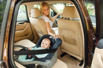 Família segura no automóvel
